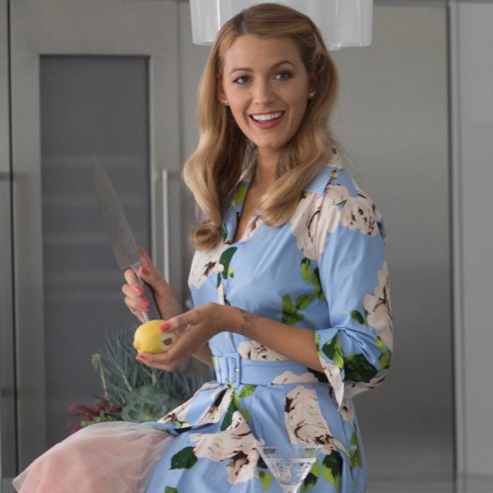 Emily aspetta Sean a casa mentre si prepara un Martini