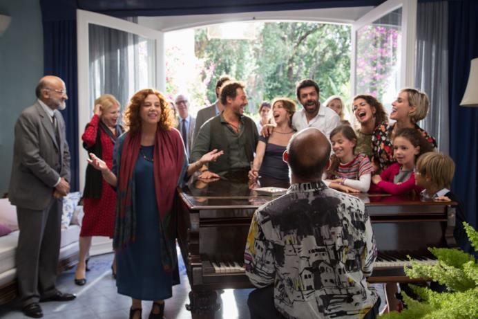 La famiglia intorno al pianoforte in A casa tutti bene