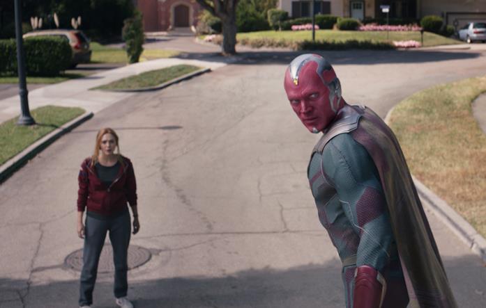 Wanda (sinistra) e Visione (destra) in una scena di WandaVision
