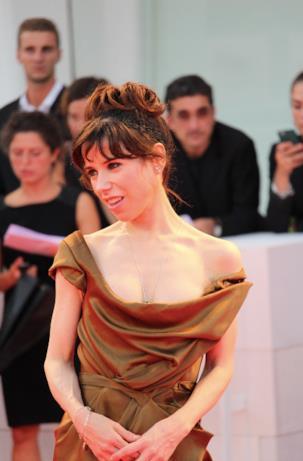 Sally Hawkins in posa sul red carpet di Venezia 74.