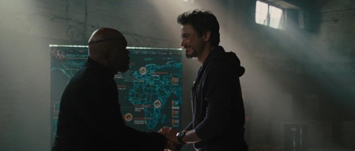 Fury e Stark di fronte a una mappa che mostra Atlantis e il Wakanda