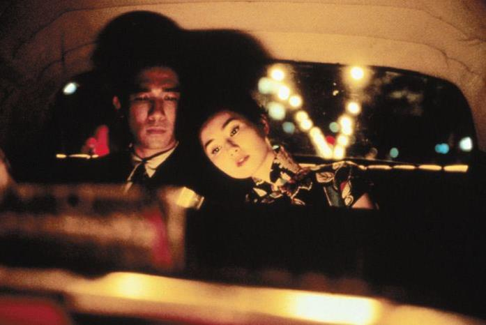 Maggie Cheung in taxi con Tony Leung