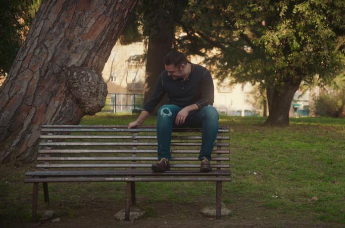 Tiziano Ferro su una panchina