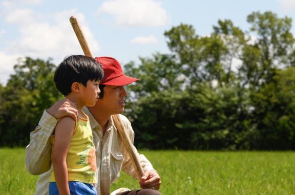 Alan Kim e Steven Yeun in una scena del film Minari