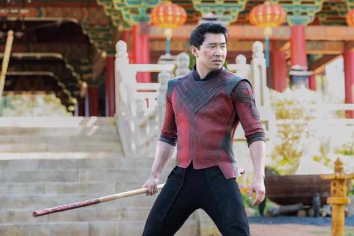 Shang-Chi brandisce un bastone