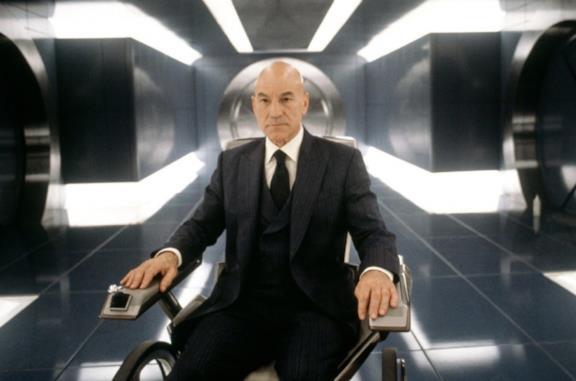 Patrick Stewart è il professore Charles Xavier in una scena del film X-Men
