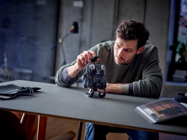 Un uomo costruisce il casco LEGO del TIE Fighter Pilot
