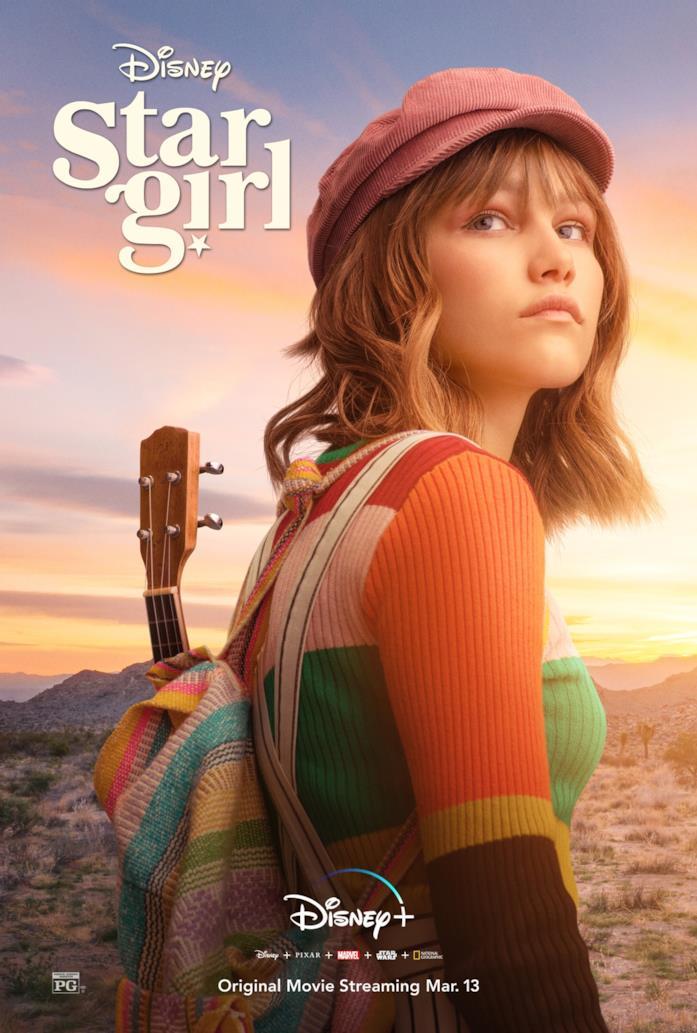 Stargirl indossa un maglione a strisce colorate, uno zainetto con dentro il suo ukulele