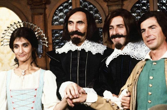 Pippo Baudo e il Trio Lopez-Marchesini-Solenghi in una scena della parodia dei Promessi sposi