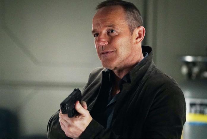 Coulson con la pistola in mano