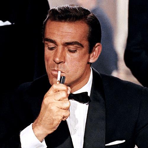 James Bond accende il sigaro