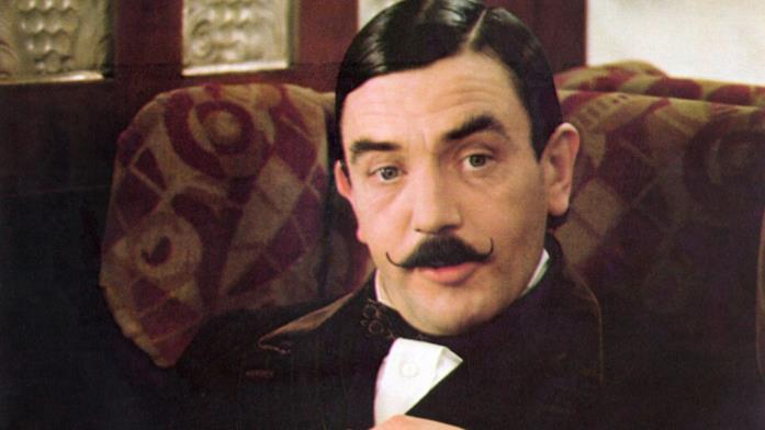 Primo piano di Albert Finney nei panni di Hercule Poirot de Assassinio sull'Orient Express