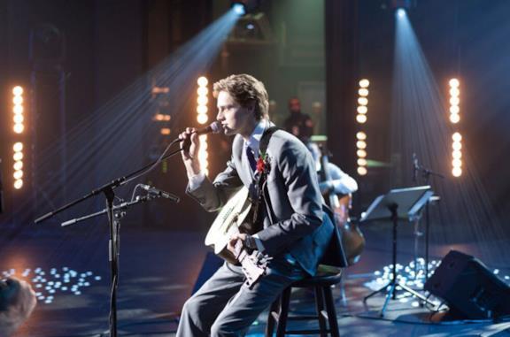 Il protagonista di Clouds mentre si esibisce in concerto