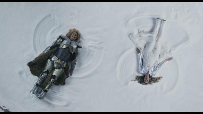 """I due protagonisti fanno """"l'angelo"""" nella neve"""