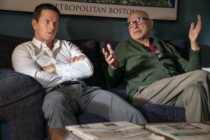 Mark Wahlberg e Alan Arkin sul divano