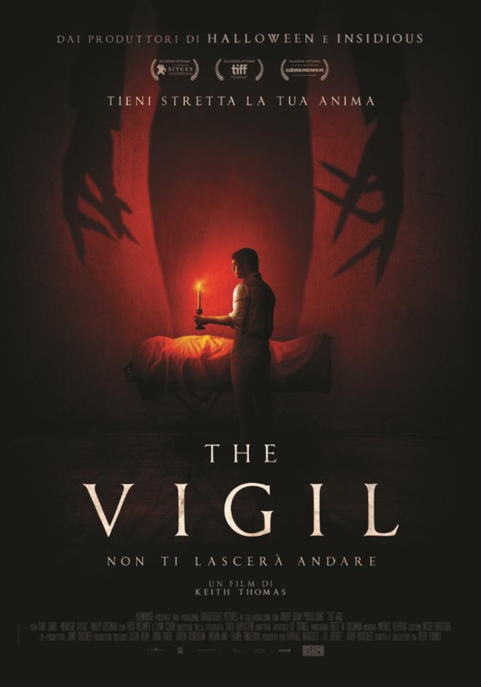 Un ragazzo tiene una candela in mano nel poster di The Vigil