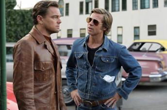 Leonardo DiCaprio e Brad Pitt in una scena del film C'era una volta a... Hollywood