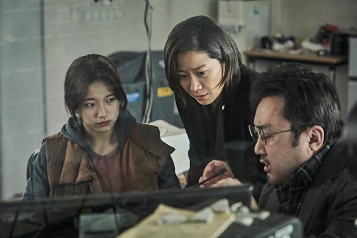 Bae Suzy, Jeon Hye-jin e Ma Dong-seok in una scena di Ashfall