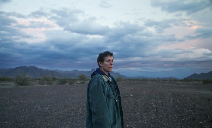 Francis McDormand contempla il paesaggio desolato