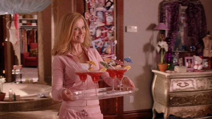 Amy Poehler in una scena di Mean Girls dove porta i bicchieri