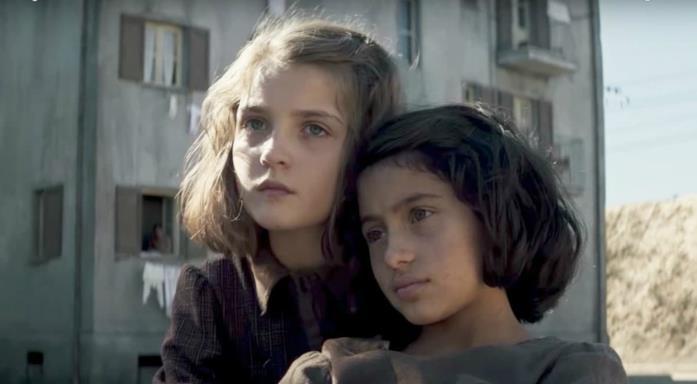 Elena e Lila abbracciate nel rione da piccole