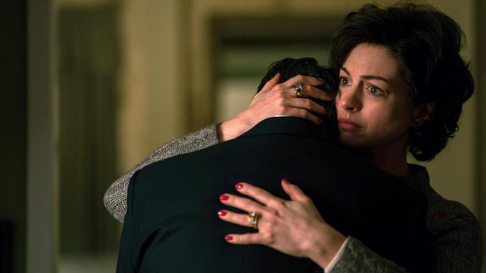 Anne Hathaway abbraccia Mark Ruffalo in Cattive acque