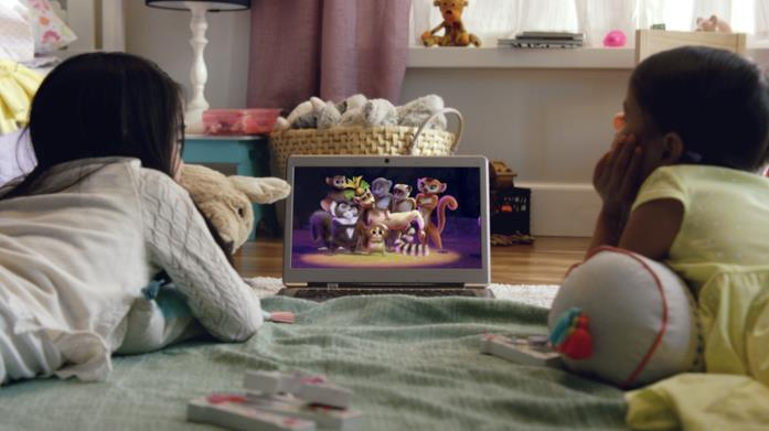 Due bimbe guardano Madagascar su un laptop