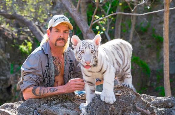 Joe Exotic con un cucciolo di tigre