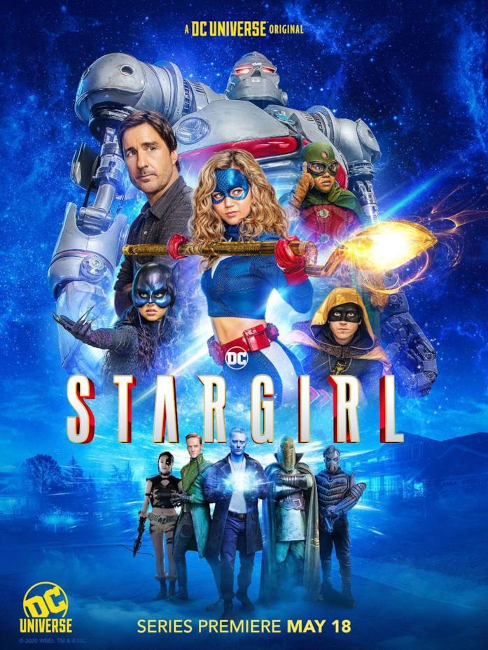 Stargirl circondata dai suoi amici della Justice Society of America e dai villain della Injustice Society