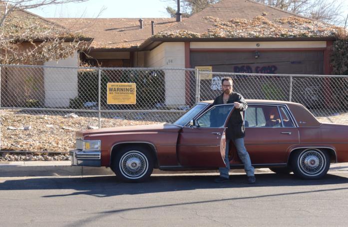 Walter White davanti alla sua casa