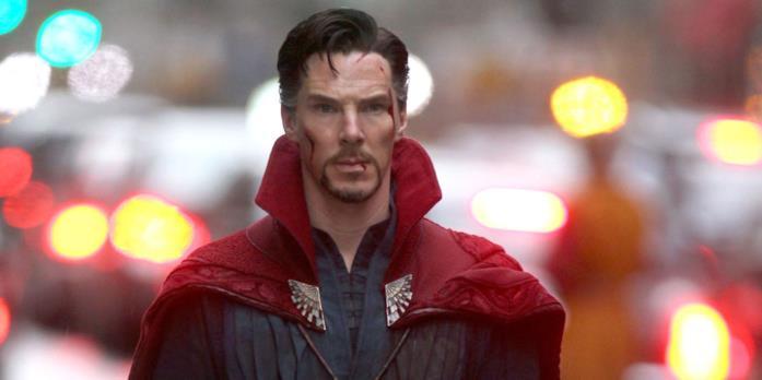 Benedict Cumberbatch nei panni di un Doctor Strange ferito
