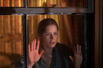 Amy Adams guarda fuori dalla finestra
