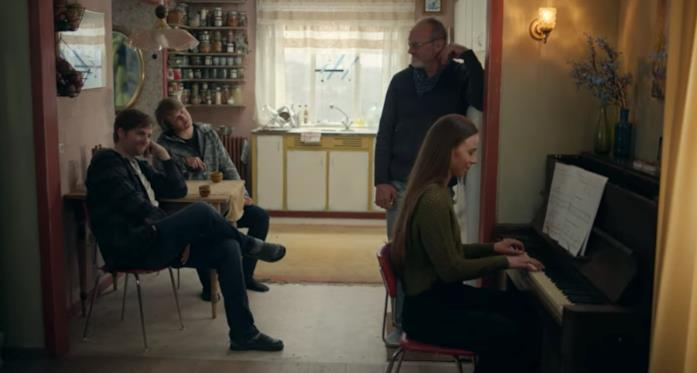 La famiglia di Gríma riunita mentre lei suona il piano