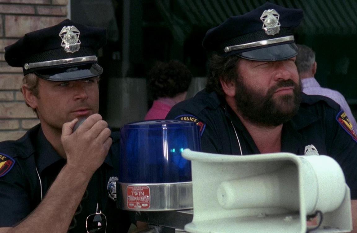 Bud Spencer e Terence Hill in una scena de I due superpiedi quasi piatti