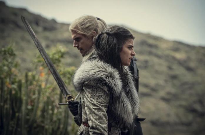 Henry Cavill e Anya Chalotra in una scena di The Witcher