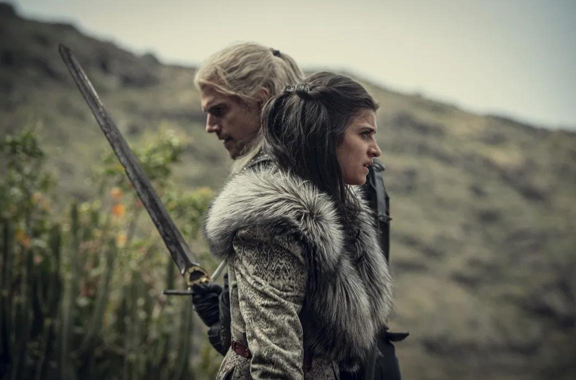 Henry Cavill e Anya Chalotra in The Witcher