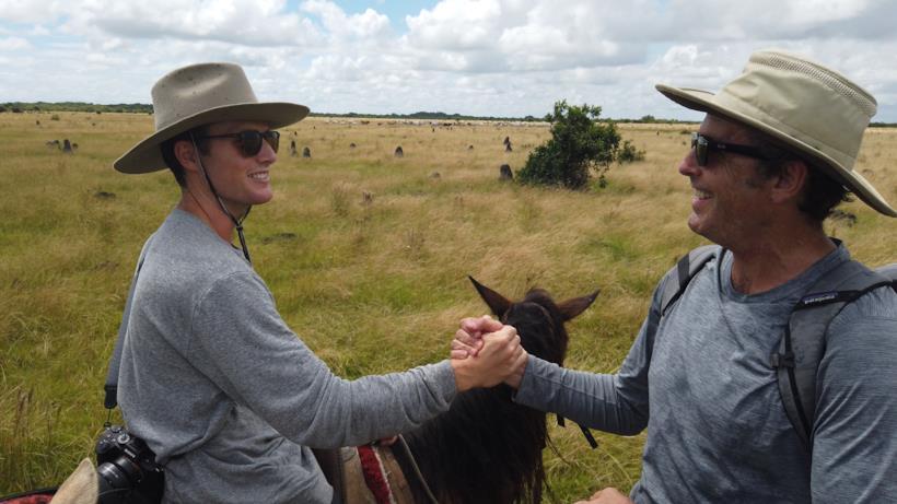 Un'immagine che Bob e Mack Woodruff che durante un'escursione di stringono la mano