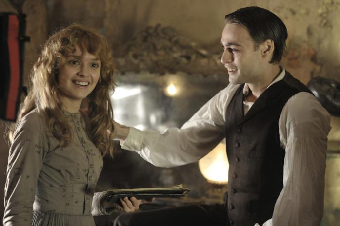 Olivia Cooke e Douglas Booth in una scena del film The Limehouse Golem - Mistero sul Tamigi