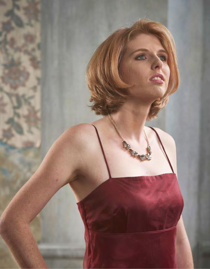 Olivia in abito rosso per il servizio fotografico de L'amore nello spettro