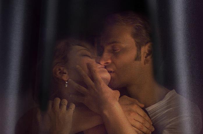 Giovanna Mezzogiorno e Alessandro Borghi si baciano