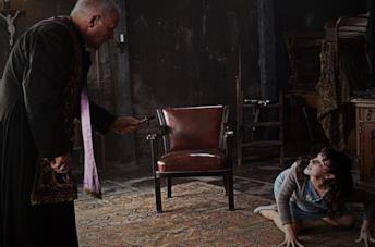 Padre Lucas (Anthony Hopkins) esorcizza Rosaria (Marta Gastini)
