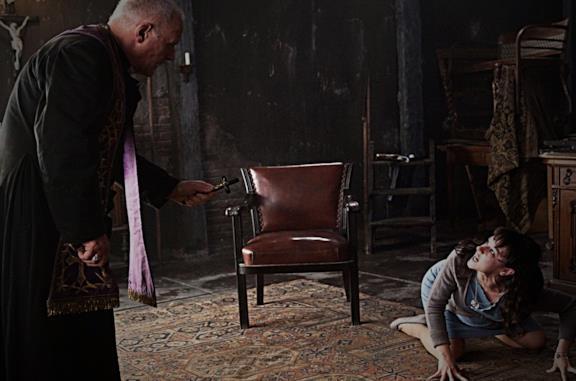 Padre Lucas (Anthony Hopkins) esorcizza Rosaria (Marta Gastini)