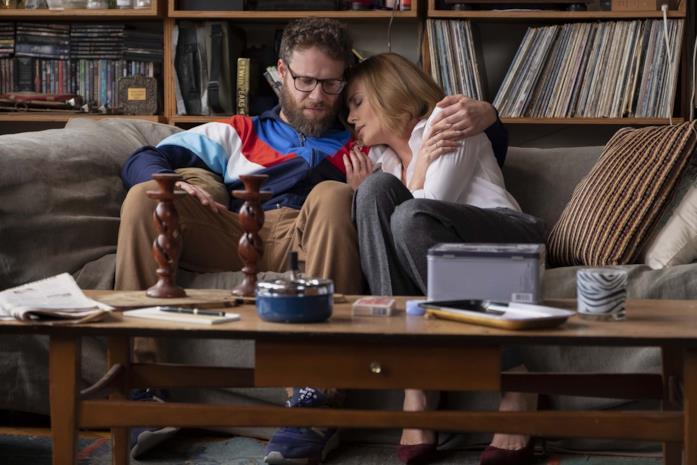 Seth Rogen e Charlize Theron si abbracciano
