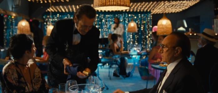 Marco Giallini e Pippo Baudo in una scena del film Tutti al mare