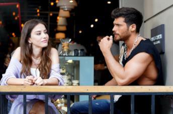 Dopo Bitter Sweet, Özge Gürel e Can Yaman di nuovo insieme in Bay Yanlış