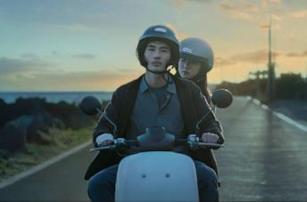 I due protagonisti di Night in Paradise in una scena del film