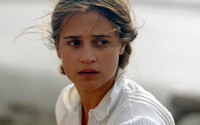 Un intenso primo piano di Alicia Vikander dal film La luce sugli oceani di Derek Cianfrance