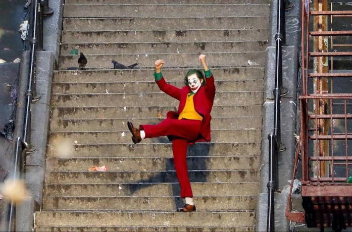 Joker balla sulla scalinata