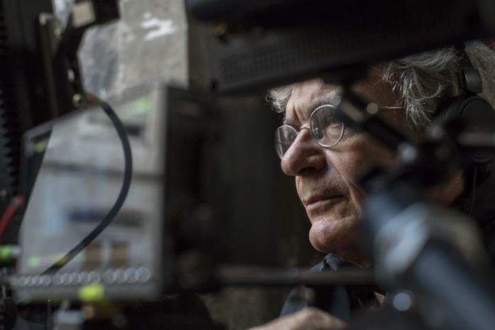 Un primo piano di Mario Martone sul set del film Il sindaco del rione Sanità
