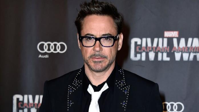 Robert Downey Jr. in posa